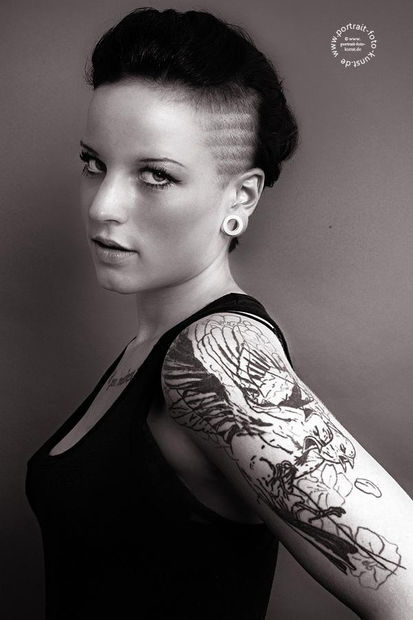 Sidecut, Ohrpiercings und ein Tatoo am Oberarm