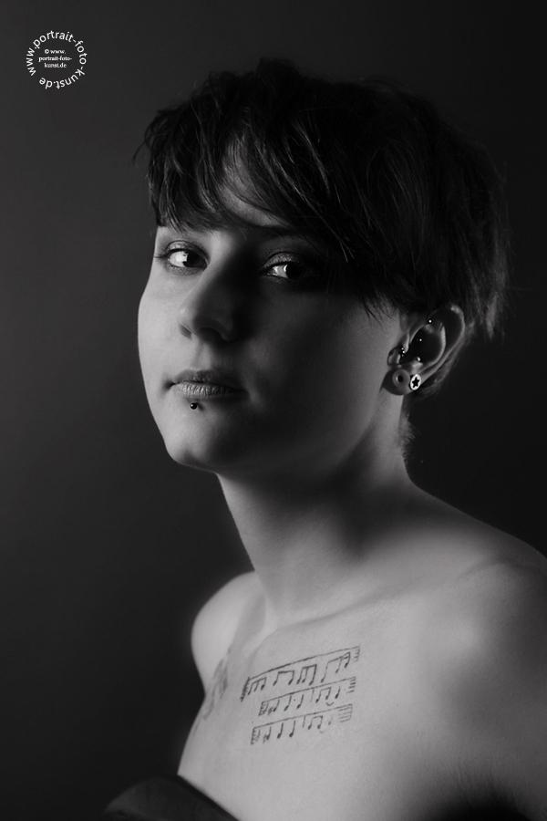 Noten auf dem Brustbein- Portraitfoto in Schwarz weiß aus der Serie Piercing  & Tatoofotos.