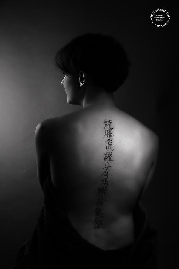 Rückentätowierung:  Schriftzeichen - Low-Key in schwarz-weiß
