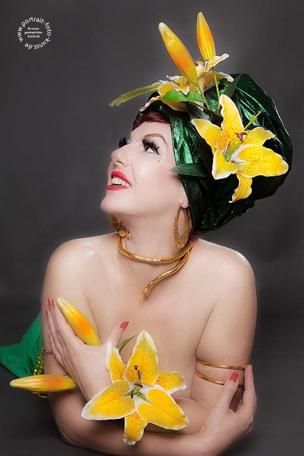 Lilly Tiger Burlesque Portrait: Klassische Pose - Grüner Turban und gelbe Blumen