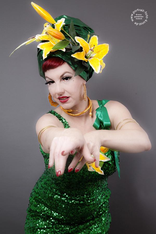 Lilly Tiger: bezaubernde Hände in tanzender Pose