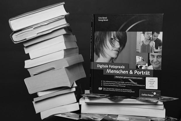 Der Kippende Bücherturm. Das Beitragsbild in schwarz-weiß.