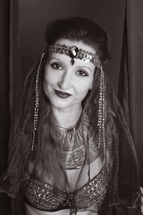 Madame Beausoleils. Burlesquetänzerin mit orientalischem Kostüm