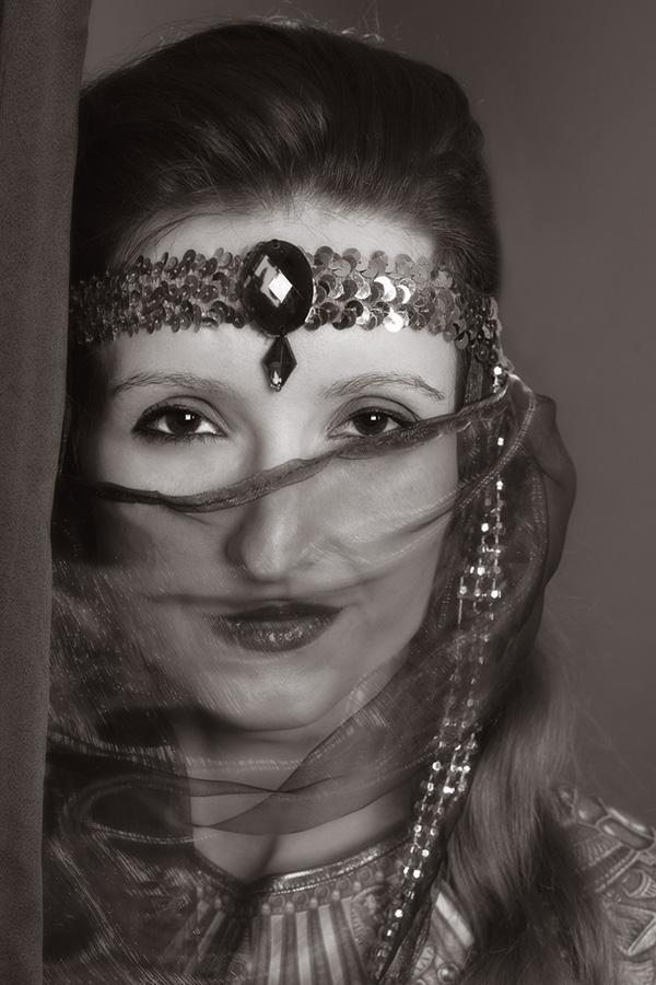 Burlesque Foto: Portrait mit Schleier in schwarz-weiß