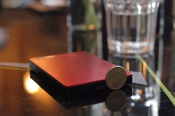 Die Festplatte ist wirklich klein und handlich. Als Größenvergleich ein 50 Cent Stück. Seagate Backup Pluss 2TB