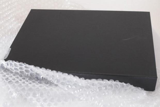 Nach dem Auspacken der Schutzfolie erkennt man die - Premium-Präsentationsbox .