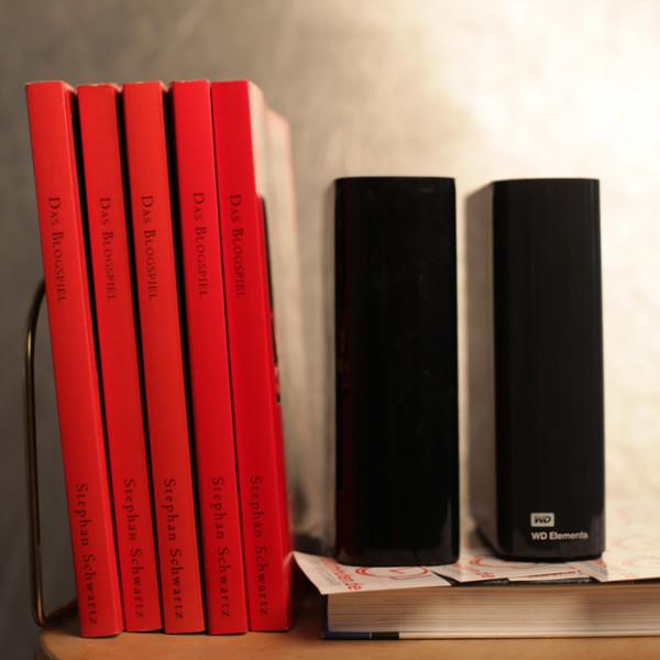 Festplatten-im-Bücherregal