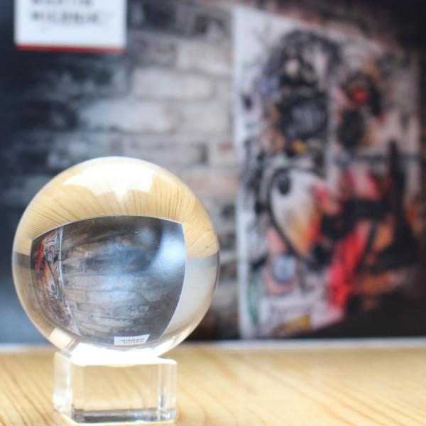 Glaskugel-und-flyer-zur-Mirnik-Ausstellung