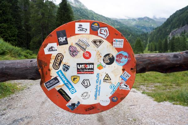 Verkehrsschild-mit-Boulder-Stickern